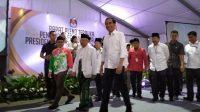 Jokowi-Ma'ruf bersama petinggi partai politik pendukung di KPU. (Suara.com/Tio).