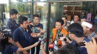 Eks Ketua Umum PPP, Romahurmuziy atau Rommy disela-sela pemeriksaan di gedung KPK. (Suara.com/Welly Hidayat)