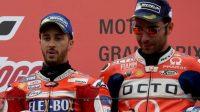 Pembalap Ducati, Andrea Dovizioso (kiri) dan rekan setimnya Danilo Petrucci. [AFP/Toshifumi Kitamura]