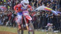 Penonton menyaksikan crosser asal Slovenia Tim Gajser dari HRC Team memacu motornya pada balapan seri Palembang kejuaraan dunia Motocross Grand Prix MXGP 2019 di Sirkuit OPI Mall, Palembang, Sumatera Selatan. (Ist)