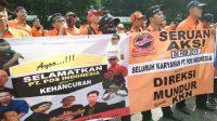 Para pegawai PT Pos Indonesia melakukan aksi demonstrasi. (Suara.com/Walda Marison)