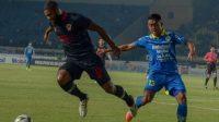 Winger Persib Bandung, Febri Hariyadi (kanan) berebut bola dengan pesepakbola Kalteng Putra, Rafael Bonfim . (Ist)