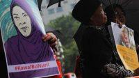 Pegiat HAM menggelar aksi kamisan di depan Istana Merdeka, Jakarta Pusat, Kamis (22/11). (Suara.com/Fakhri Hermansyah)