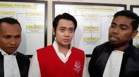 Kriss Hatta dan kuasa hukumnya di Pengadilan Negeri Bekasi, Rabu (26/6/2019). [Revi Cofans Rantung/Suara.com]