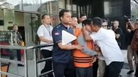 Ketua KPID Provinsi Jambi Arif Usman (berbaju putih) sedang mencium pipi Zainal Abidin (ZA) sesaat sebelum ZA digiring ke mobil tahanan KPK.