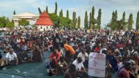 Para peserta unjuk rasa di halaman Kantor Gubernur Papua di Jayapura. (Antara).