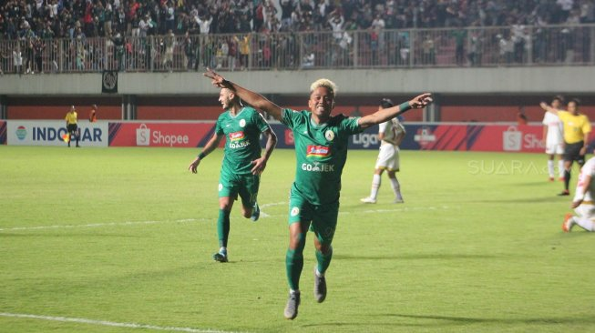 Selebrasi striker PSS Sleman, Kushedya Hari Yudo, usai mencetak gol ke gawang PSM Makassar. (Suara.com/Irwan Febri Rialdi)