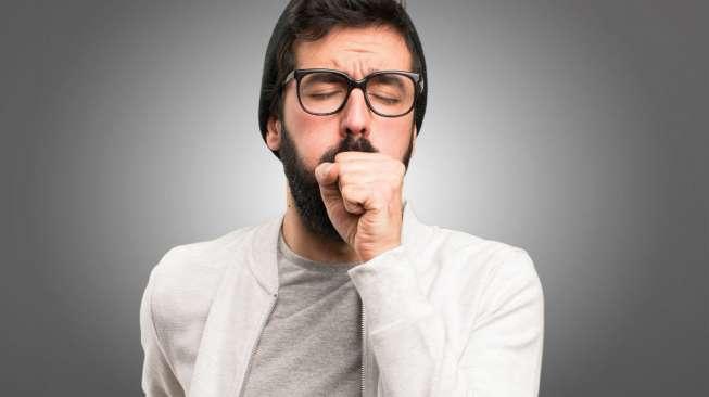 Ilustrasi lelaki menderita batuk berdahak (Shutterstock)