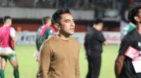 Pelatih PSS Sleman, Seto Nurdiyantoro, bernyanyi setelah menang atas PSM Makassar. (Suara.com/Irwan Febri Rialdi).
