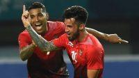 Gelandang serang andalan Timnas Indonesia Stefano Lilipaly (kanan) merayakan gol bersama penyerang veteran Alberto Goncalves. [Arief Bagus / AFP]