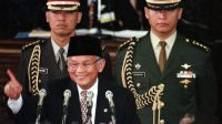 Presiden B.J.Habibie mengacungkan telunjuknya sambil berguyon pada pidatonya tentang RAPBN, di hadapan para anggota MPR/DPR, di Jakarta, Senin (4/1/1999). [Foto/ANTARA]