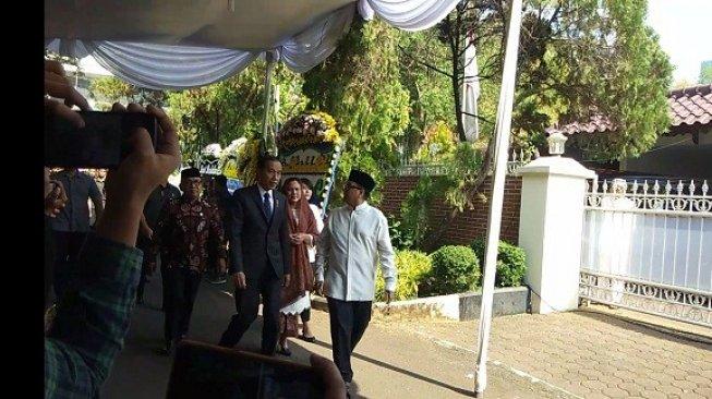 Jokowi melayat ke rumah duka BJ Habibie, Kamis (12/9/2019). (Suara.com/Ria Rizki)