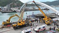 Tim rescue mengevakuasi korban jembatan ambruk di Taiwan pada Selasa (1/10/2019). (AFP)