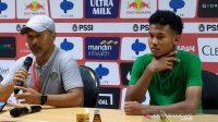 Pelatih Timnas U-19 Indonesia Fakhri Husaini (kiri) usai pertandingan uji coba melawan China di Gelora Bung Tomo Surabaya, Kamis (17/10/2019). (ANTARA FOTO/Willy Irawan)