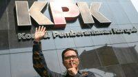 Juru Bicara Komisi Pemberantasan Korupsi (KPK) Febri Diansyah berpose usai memberikan keterangan pers di gedung KPK, Jakarta, Kamis (26/12). [ANTARA FOTO/M Risyal Hidayat]