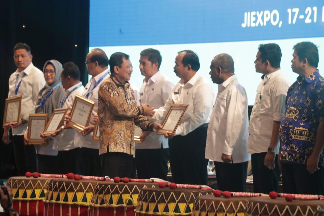 Wakil Bupati Tanjab Barat saat menerima sertifikat penghargaan dari Kemenkes RI. (Ist)