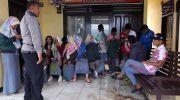 Siswa SMA di Kerinci saat diberi teguran oleh polisi karena rayakan kelulusan dengan berkumpul di tengah darurat corona