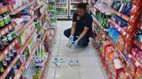 Polisi memeriksa Alfamart di Kabupaten Tebo Provinsi Jambi yang dibobol maling