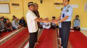 Penyerahan surat remisi kepada napi oleh Kasubsi Pelayanan Tahanan, Okky Aprianto. Foto: Oga/Jambiseru.com