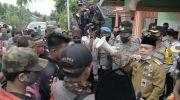 Al Haris saat meredakan emosi warga saat demo soal BLT di Merangin