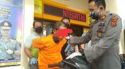 Pelaku saat diamankan di polsek kota baru. Foto: Yogi/Jambiseru.com