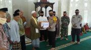 Kapolres Muarojambi, AKBP Ardiyanto saat jumling di Masjid A Taqwa Desa Jebus, Kecamatan Kumpeh. Foto: Uda/Jambiseru.com