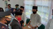 Bupati Merangin, H Al Haris saat menyerahkan tanda remisi. Foto: Edo/Jambiseru.com