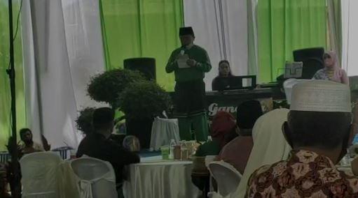 Calon gubernur Jambi, Al Haris saat berseloko di acara pernikahan. Foto: Jambiseru.com
