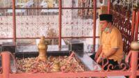 Calon gubernur Jambi, Al Haris saat berziarah di makam raja Jambi. Foto: Jambiseru.com