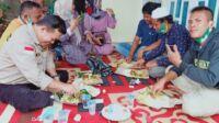 Kesederhanaan calon gubernur Jambi, Al Haris saat menyantap nasi bungkus bersama tim pemenangan di Kuamang Kuning. Foto: Jambiseru.com