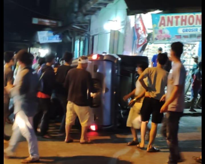 Mobil Minibus Terbalik di Kota Bangko