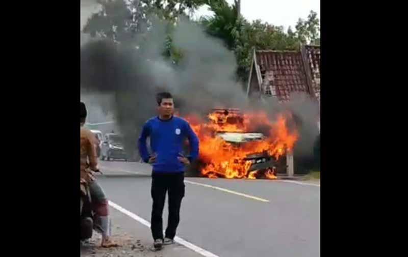 Mobil Ford Terbakar di Tengah Jalan