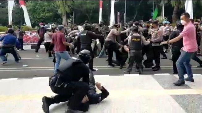 Mahasiswa Dibanting Polisi Hingga Kejang
